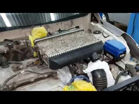 Wie das Benzin ins Gehäuse auf dem Moped gerät