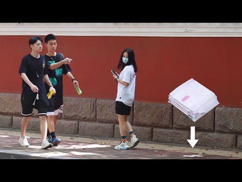 看到女孩的卫生巾掉到了地上,小哥哥的举动太绅士了 When Girl Drops Sanitary Pads on the Street