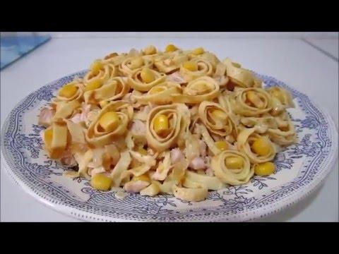Салат из копченой грудки и яичных блинчиков