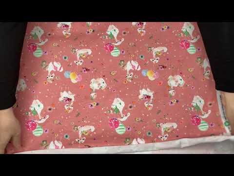 Se produktvideoen til Økologisk bomuldsjersey med lamaer - gammelrosa på YouTube