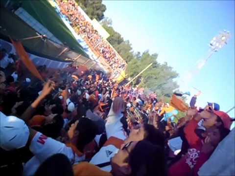 """Huracan Naranja - Carnaval frente al indio hueco"" Barra: Huracan Naranja • Club: Cobreloa"