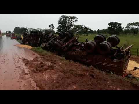 Após desviar de caminhão, carreta tomba as margens da MS-276 em Anaurilândia