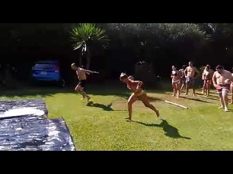 El mejor juego del verano... Resbalar en el plasti