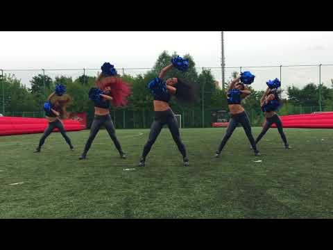 Группа поддержки Lucky Demons Cheerleaders на турнире по мини-футболу