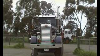 preview picture of video 'PETERBILT NEEDLE NOSE ARRIVES AT ECHUCA IN 2010'