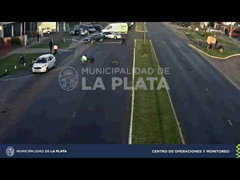 Un auto chocó a una bicicleta en el Centenario y el ciclista debió ser hospitalizado por las heridas