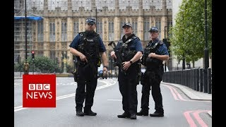 Armed police at Westminster crash site - BBC News