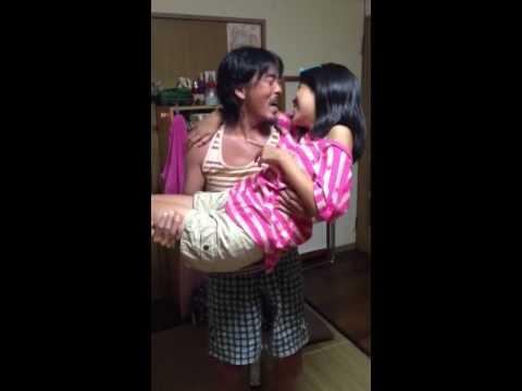 中学生の実の娘に必死に迫る父親