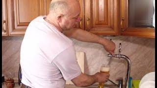 Смотреть онлайн Житель Челябинска провел себе в квартиру пивопровод