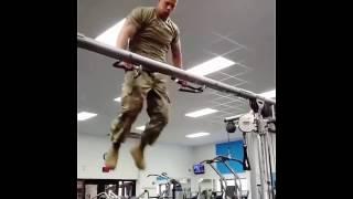Солдат круто качается на турнике - Видео онлайн
