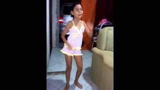 Menina de 10 anos dancando metralhadoura