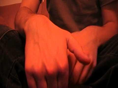 Der Kern auf dem Bein neben dem Daumen des Grundes