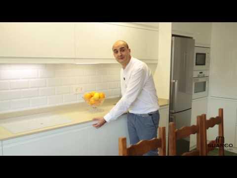Video de cocinas blancas muy modernas  sin tiradores con encimera de silestone