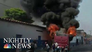 Venezolanos y govt. Tropas se enfrentan por la negativa del régimen de Maduro a aceptar ayuda | NBC Nightly News