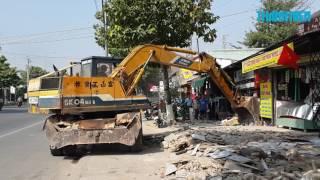 Biên Hòa điều xe múc đập công trình lấn chiếm vỉa hè