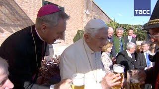 Почетный папа Бенедикт XVI отметил 90-летие за кружкой баварского пива