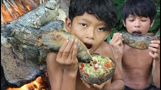 Primitive Technology - Catch and cooking fish on a rock - eating delicious