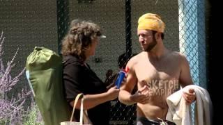 Смотреть онлайн Человек просит нанести крем на свою волосатую спину