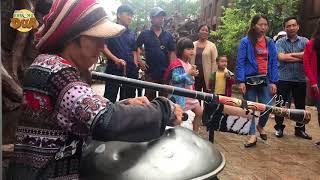 Màn hòa tấu độc đáo bằng trống thép của chàng trai và cô gái dân tộc thu hút đông đảo du khách