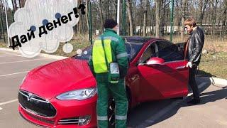 Парковщик: Конечно, на Tesla все можно.