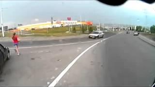 Смотреть онлайн Девушка бежит прямо под колеса машины