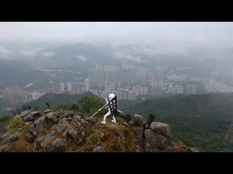 Une statue appelant à libérer Hong Kong au sommet d'une montagne | AFP Une statue appelant à libérer Hong Kong au sommet d'une montagne | AFP