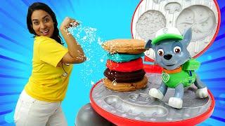 Valerias Spielzeug Kindergarten. Paw Patrol und PJ Masks machen einen Burger. Spielzeug Video