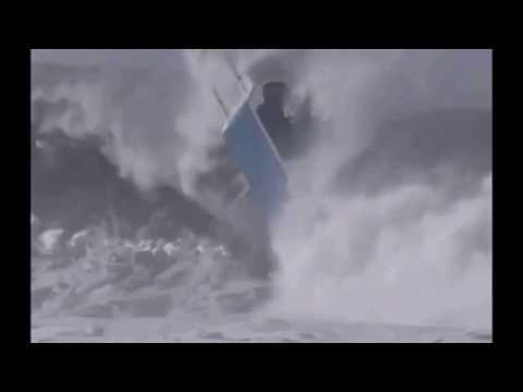 Wave crushes the boat accident in Indonesia.Лодку перевернуло волной