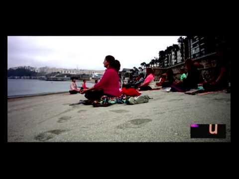 Clase de Yoga impartida por Edith Rivas en la playa de la Rivera de Ceuta