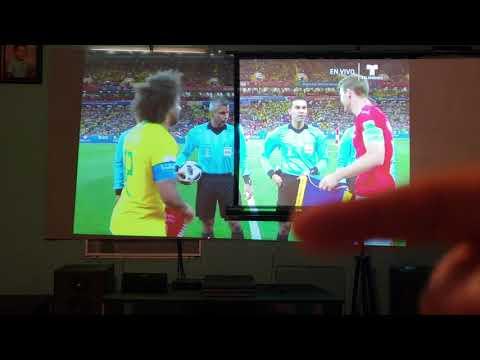 Tv con proyector y pantalla gris