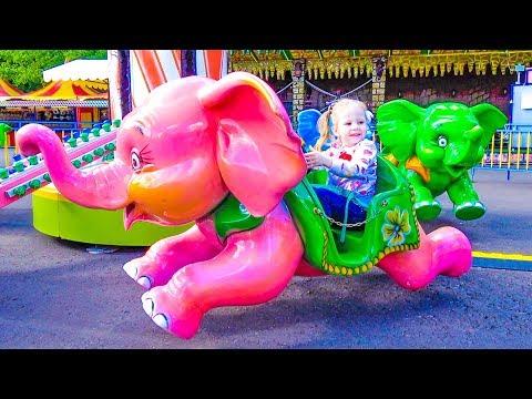 Настя ищет пропавшие игрушки на детской площадке
