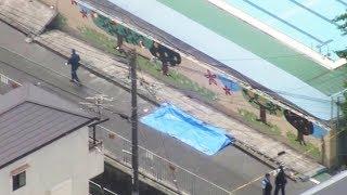 6月18日午前、大阪府北部で震度6弱の地震を観測し、午前11時半時点で3人の死亡が確認された。大阪府災害本部などによると、高槻市立寿栄小学校のプールの壁が倒れ、4年生の女子児童が下敷きになり、死亡が確認された 府警によると、小学校のプールサイドの塀が倒れて下敷きになったという。高槻市によると、倒れたのはプールサイドの塀(高さ3・5メートル)のブロック塀の部分(高さ1・6メートル)で、延長約40メートルにわたって倒壊した。