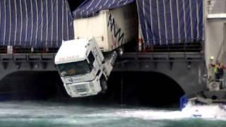 camion saliendo del barco