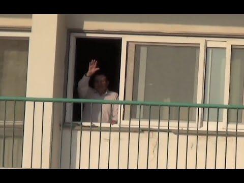 «مبارك» يشير لأنصاره أمام «المعادي العسكري» وسط هتافات بنحبك ياريس