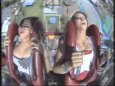 Descuido de Chicas disfrutando en una atracción de altura - WIN