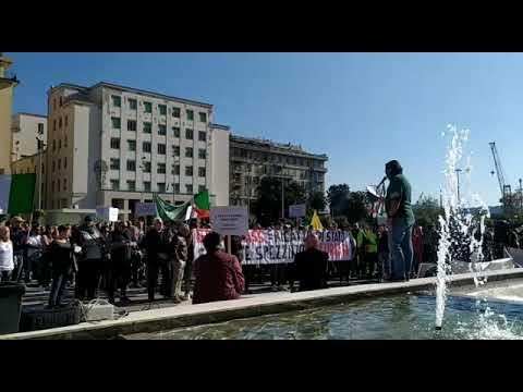 La manifestazione dei no green pass in Piazza Europa