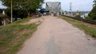 preview picture of video 'Flood in Phunphin - Surat Thani - on the bridge 1 - 08.04.2011'