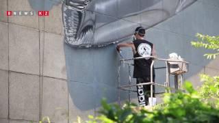 Британский художник Jay Fanakapan расписывает фасад дома в Алматы mp4