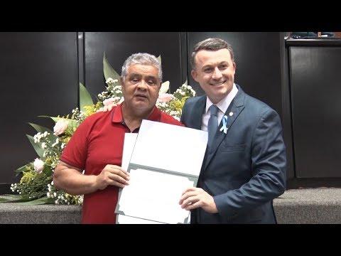 Sessão especial entrega certificados impressos em braile