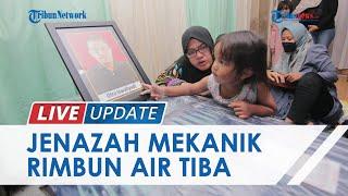 Detik-detik Tangis Istri dan Orangtua Pecah saat Jenazah Mekanik Rimbun Air Tiba di Rumah Duka