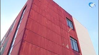 Обильные дожди смыли часть краски с фасада новой школы в Ивушках