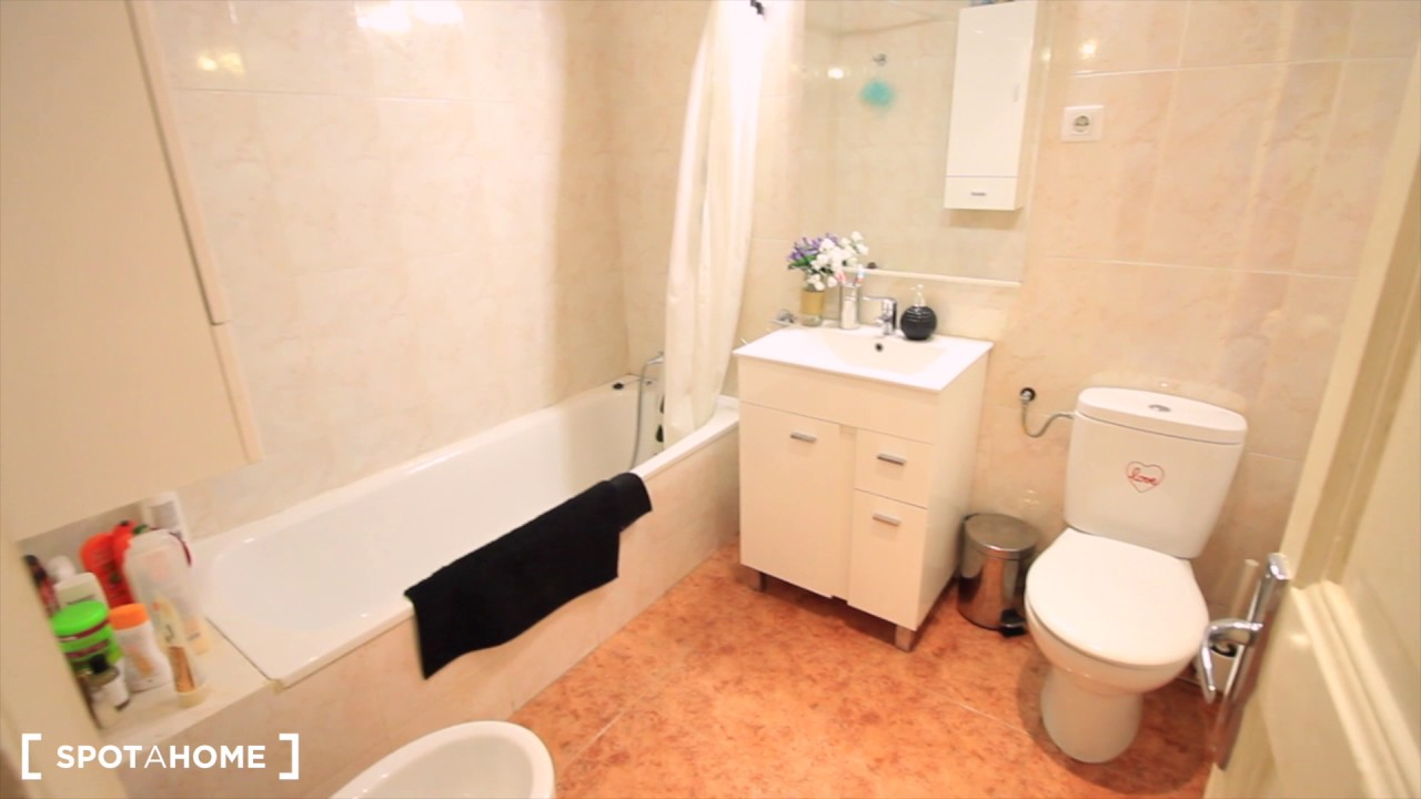 Room for rent in 4-bedroom apartment with AC and balcony in Eixample Esquerra