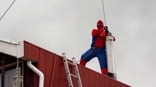 Супергерой, который работает на крыше: трубочист в образе Человека-паука