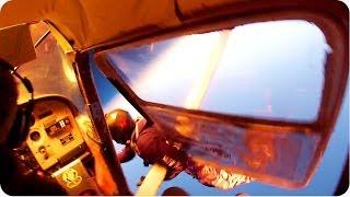 Смотреть онлайн Парашютисты спаслись от крушения самолета