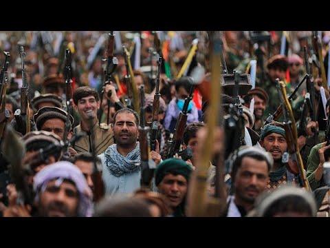 Αφγανιστάν: Ταλιμπάν παραδίδουν τα όπλα τους, ενώ οι μαχητές προελαύνουν…