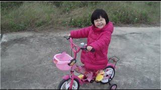 Em bé cực dễ thương đi xe đạp 4 bánh đốn tim cộng đồng mạng