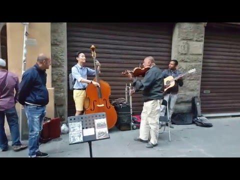 Korean tourist joins Italian street band for impromptu performance