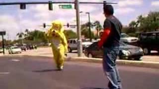 Танцевальный батл с собакой-куклой - Видео онлайн