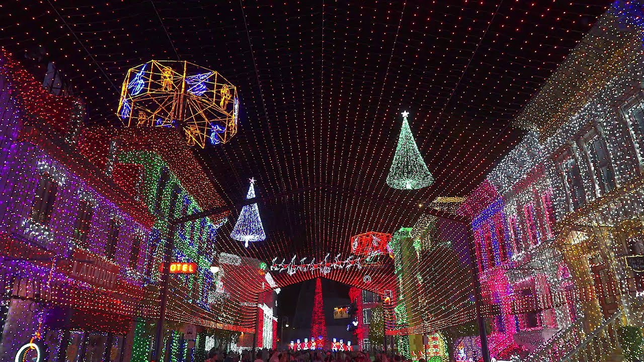 Osborne Family Spectacle of Dancing Lights - A Mad Russian's Christmas