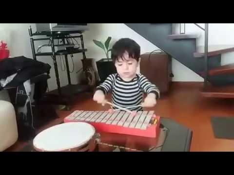 Bebe tocando el xilofono